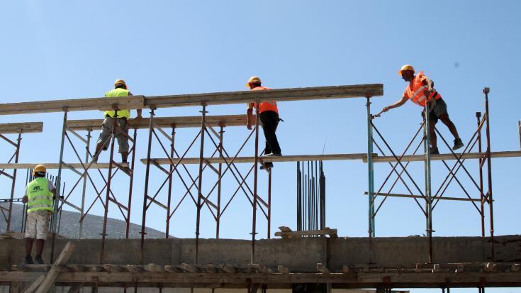 Διχασμένοι οι εργολάβοι για τη σύμβαση στις οικοδομές